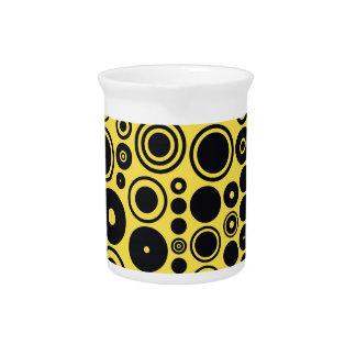 黄色、黒いレトロの円 ピッチャー