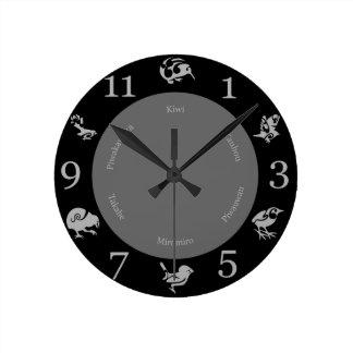 黒いおよび灰色のニュージーランドの鳥の柱時計 ラウンド壁時計