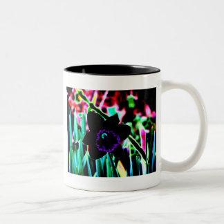黒いおよび紫色のラッパスイセン ツートーンマグカップ