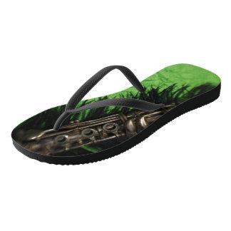 黒いおよび緑のクラリネット ビーチサンダル