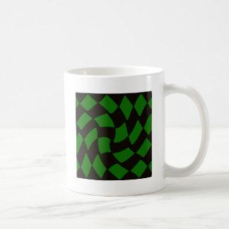 黒いおよび緑の歪められたチェッカーボード コーヒーマグカップ