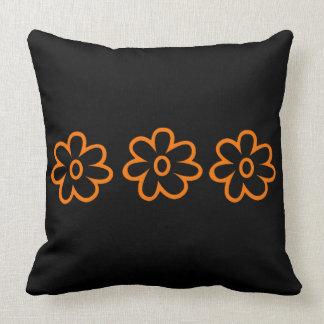 黒いオレンジ花の装飾用クッション クッション