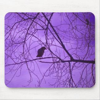 黒いカラスの不毛のツリーブランチの紫色の空 マウスパッド