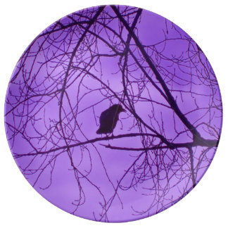 黒いカラスの紫色の空の黒の気味悪い木 磁器プレート