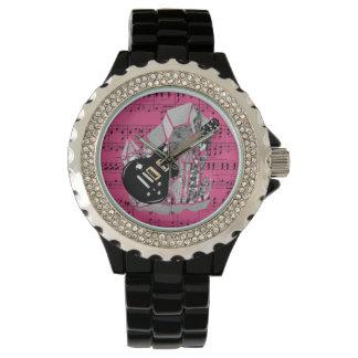 黒いギターのピンクの楽譜の銀の水晶 腕時計