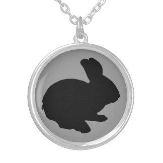 黒いシルエットのイースターのウサギのネックレス シルバープレートネックレス