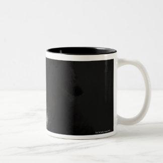 黒いジャッキ落書きのスタジオのポートレート ツートーンマグカップ