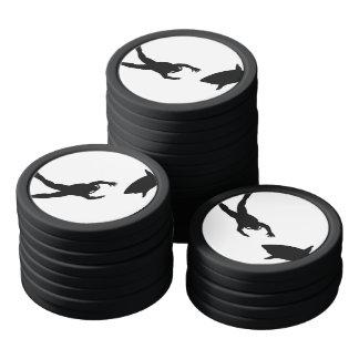 黒いスキューバダイバーおよび鮫 ポーカーチップ