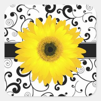 黒いスクロールデザインのシールを持つ黄色いガーベラのデイジー 正方形シールステッカー