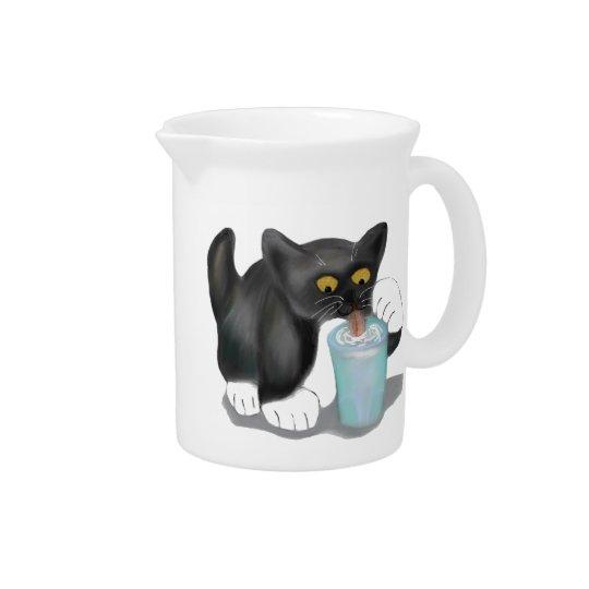 黒いタキシードの子ネコによってはミルクのガラスがこそこそします ピッチャー