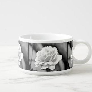 黒いチリボウルの白いバラ チリボウル