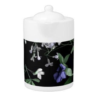 黒いティーポットの春の花