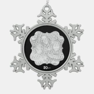 黒いフレームの写真 スノーフレークピューターオーナメント