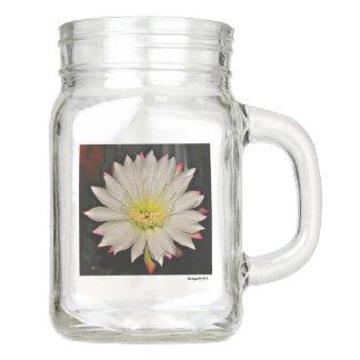 黒いメーソンジャーの白いサボテンの開花 メイソンジャー