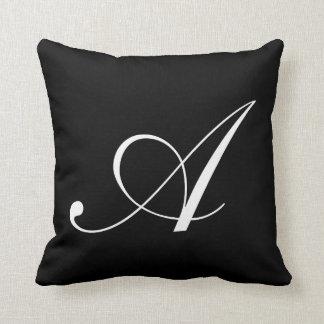 黒いモノグラムの枕に文字を入れて下さい クッション