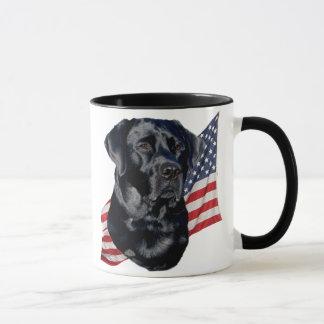 黒いラブラドル・レトリーバー犬および旗 マグカップ