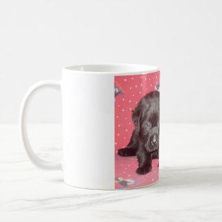 黒いラブラドル・レトリーバー犬の子犬の~のマグ コーヒーマグカップ