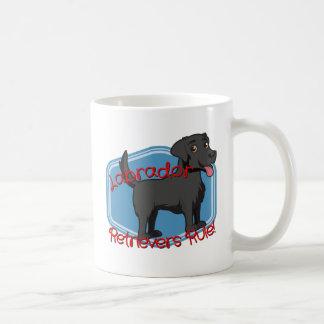 黒いラブラドル・レトリーバー犬の規則! コーヒーマグカップ