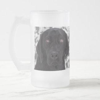 黒いラブラドル・レトリーバー犬 フロストグラスビールジョッキ