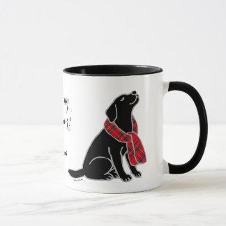 黒いラブラドールのタータンチェックのスカーフ2 マグカップ