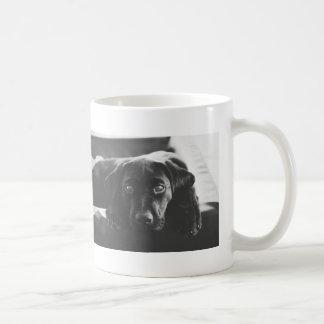 黒いラブラドールのマグ コーヒーマグカップ