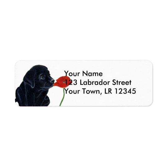 黒いラブラドールの子犬およびケシ ラベル