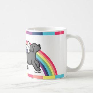 黒いラブラドールの小走りに走る虹橋マグ コーヒーマグカップ