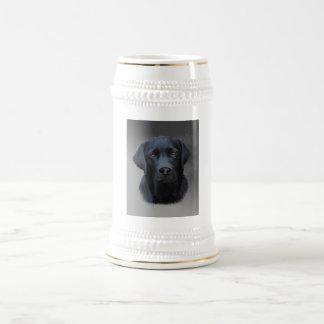 黒いラブラドール犬色の芸術の絵画 ビールジョッキ