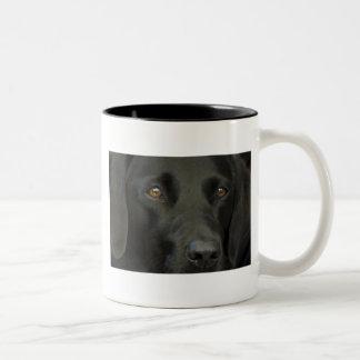 黒いラブラドール犬 ツートーンマグカップ