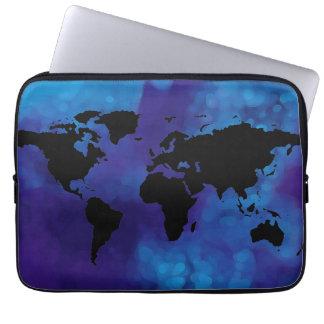 黒い世界地図。 青い海 ラップトップスリーブ