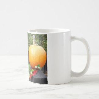 黒い塀のカボチャ コーヒーマグカップ