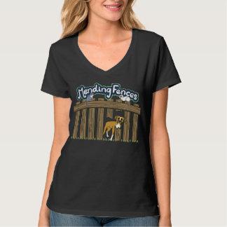 黒い女性のHanesのV首のTシャツ Tシャツ