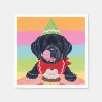 黒い実験室の子犬の誕生日のカップケーキの紙ナプキン スタンダードカクテルナプキン