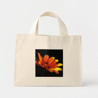 黒い小さいの蜜柑のオレンジ花のマクロ ミニトートバッグ
