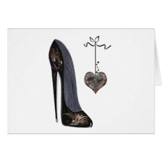 黒い小剣の靴およびハート カード