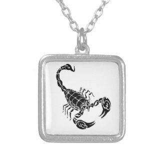 黒い手描きの蠍の落書き シルバープレートネックレス
