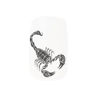 黒い手描きの蠍の落書き ネイルアート