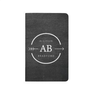 黒い木の矢との情報通及び刃の鋭いモノグラムのロゴ ポケットジャーナル
