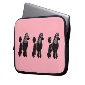 黒い標準プードルのピンクのラップトップスリーブ ラップトップスリーブ