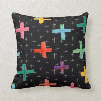 黒い水彩画のカラフルな十字パターン クッション