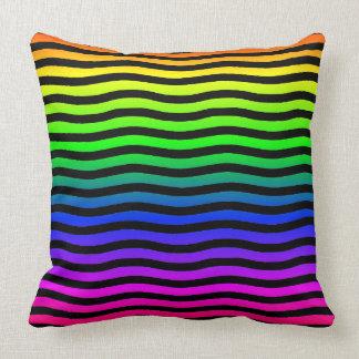 黒い波状ラインが付いている虹によって着色される背景 クッション