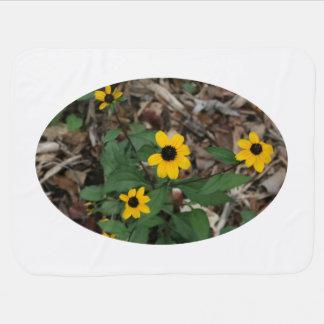 黒い瞳によってスーザンはかわいらしい分野の黄色の花が開花します ベビー ブランケット
