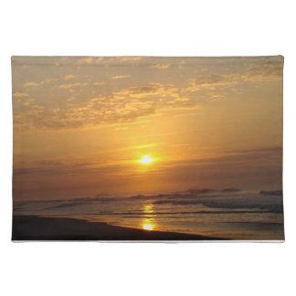 黒い砂のビーチの日没 ランチョンマット