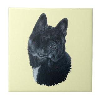 黒い秋田犬のポートレートの白い箱のオリジナルの芸術 タイル