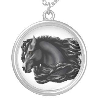 黒い種馬、Friesian シルバープレートネックレス