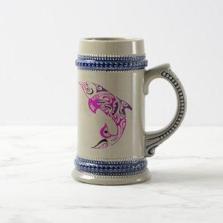 黒い紫色およびピンクの種族のイルカの入れ墨のデザイン ビールジョッキ