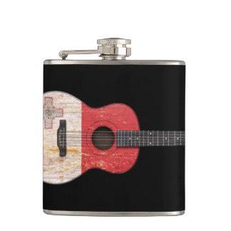 黒い老化させ、擦り切れたなマルタの旗のアコースティックギター フラスク