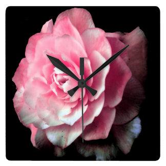 黒い背景が付いているピンクの開花 スクエア壁時計