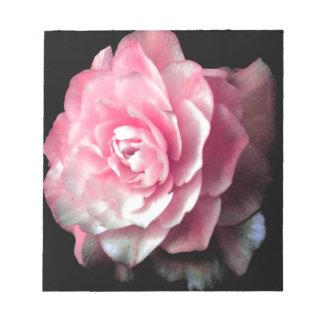 黒い背景が付いているピンクの開花 ノートパッド