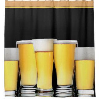 黒い背景に対するビールのガラス シャワーカーテン